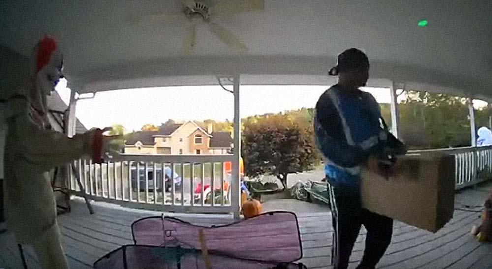 Repartidor se lleva un buen susto con la decoración de Halloween