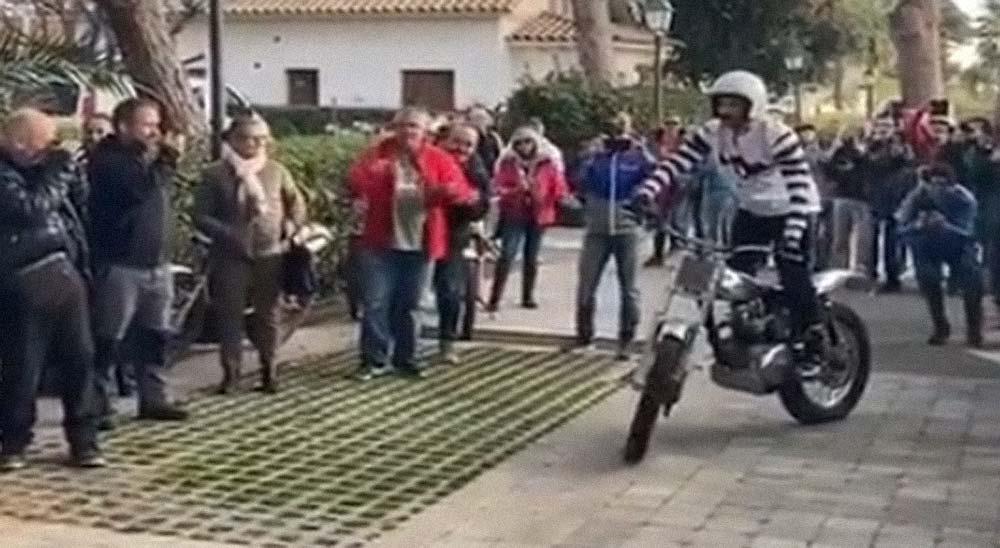 Realiza un sorprendente back flip con una moto 3