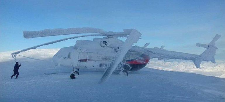 Helicóptero con turistas se congela en la cima de una montaña 3