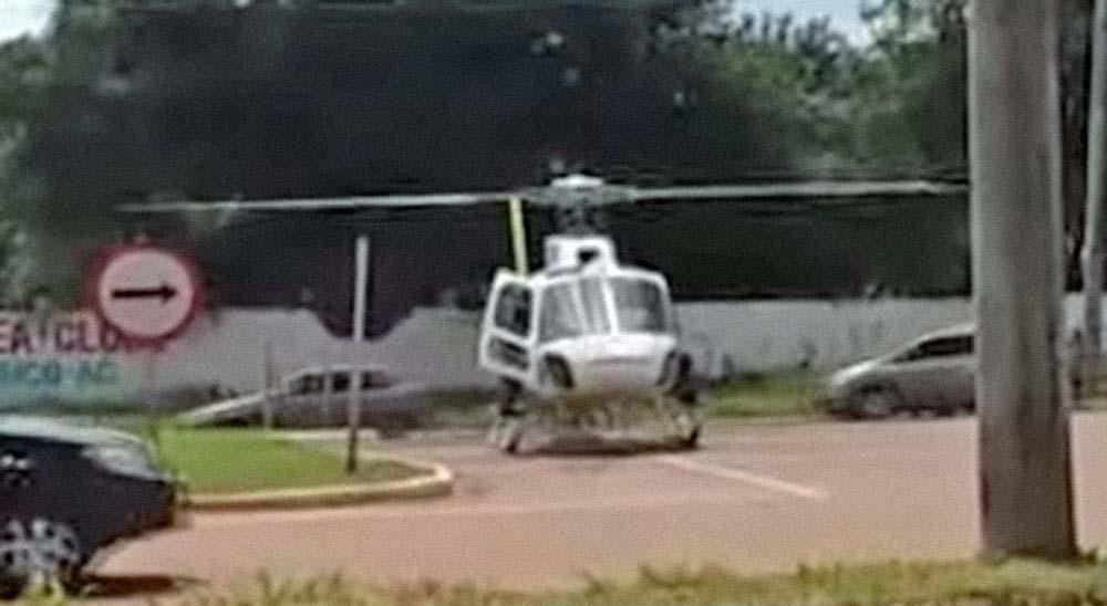 Un helicóptero intenta despegar en medio de una carretera llena de trafico y pasa lo que pasa 1