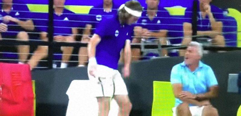 El tenista Tsitsipas se enfada y da un raquetazo a su padre 1