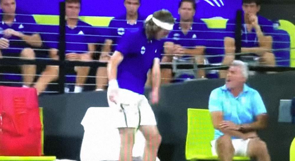 El tenista Tsitsipas se enfada y da un raquetazo a su padre 3