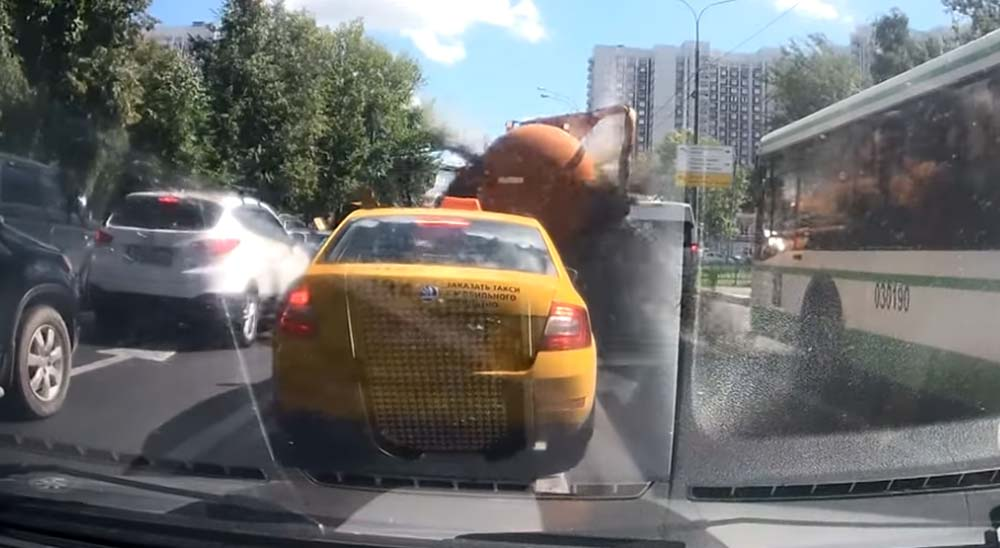 Explota camión cisterna lleno de mierda en un semáforo 10