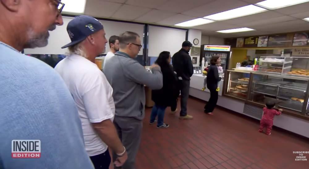 La gente hace cola para comprar todos los donuts de esta tienda para que el dueño pueda cerrar pronto e ir a cuidar a su esposa 1