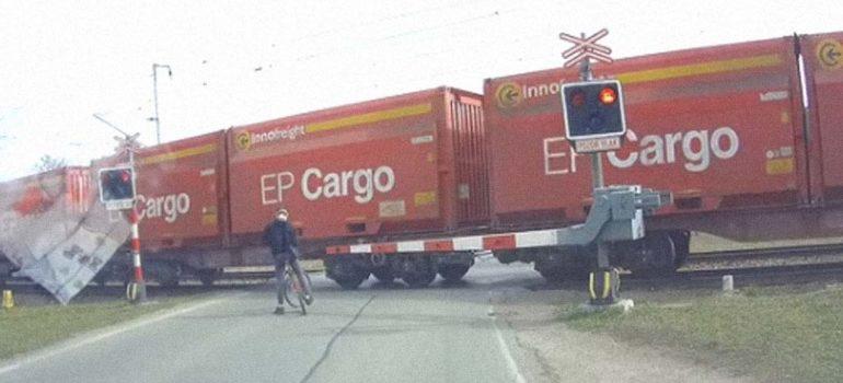 Ciclista impaciente, casi es atropellado por un tren 4