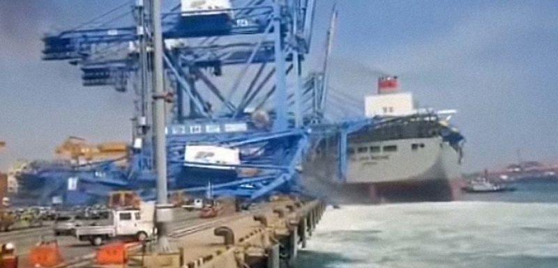 Barco portacontenedores choca contra una grúa del puerto 1