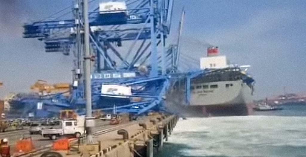 Barco portacontenedores choca contra una grúa del puerto 3