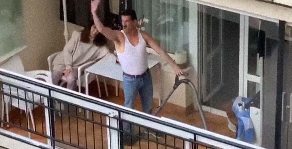 Imitando a Freddie Mercury desde el balcón de casa 4