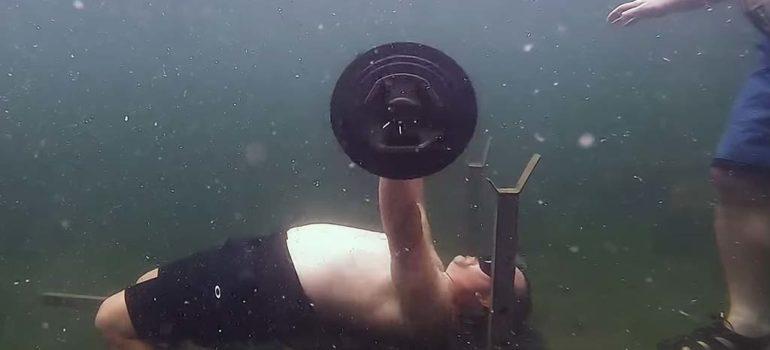Nuevo récord Guiness al levantar pesas bajo el agua 3
