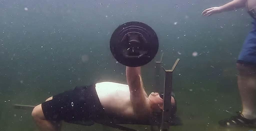 Nuevo récord Guiness al levantar pesas bajo el agua 1