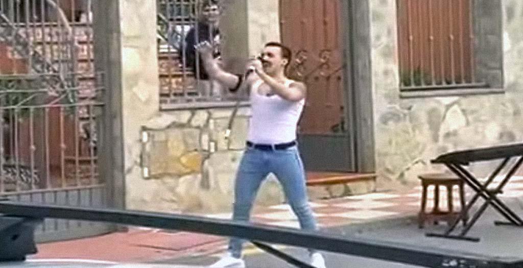 Sale a la calle imitando a Freddie Mercury en plena cuarentena y le cae una multa 3
