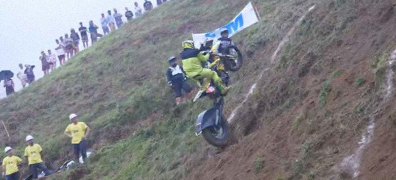 Impossible Climb, el ascenso en moto a una colina que es casi imposible de lograr 1