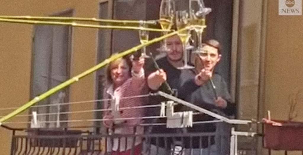 Así brindan en Italia con los vecinos en plena cuarentena 6