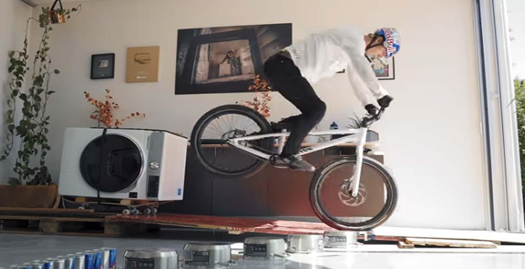 Fabio Wibmer hace teletrabajo en casa y no veas que divertido es 2
