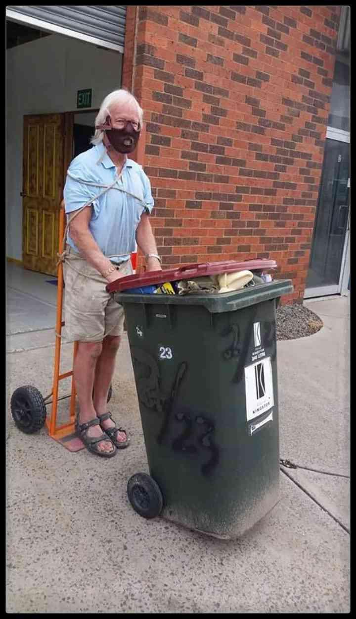 21 Personas que se disfrazan cada día para sacar la basura 8