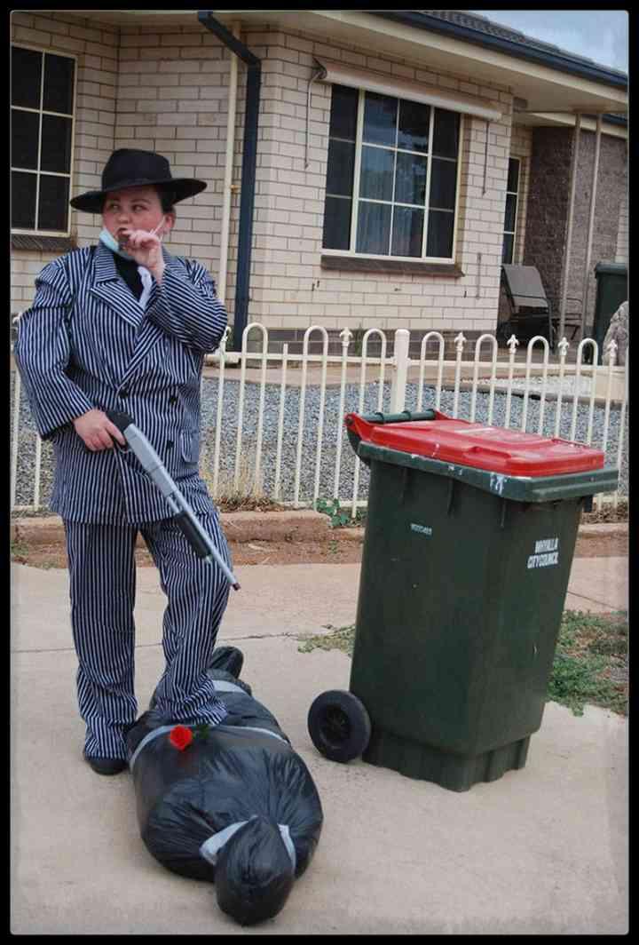 21 Personas que se disfrazan cada día para sacar la basura 10