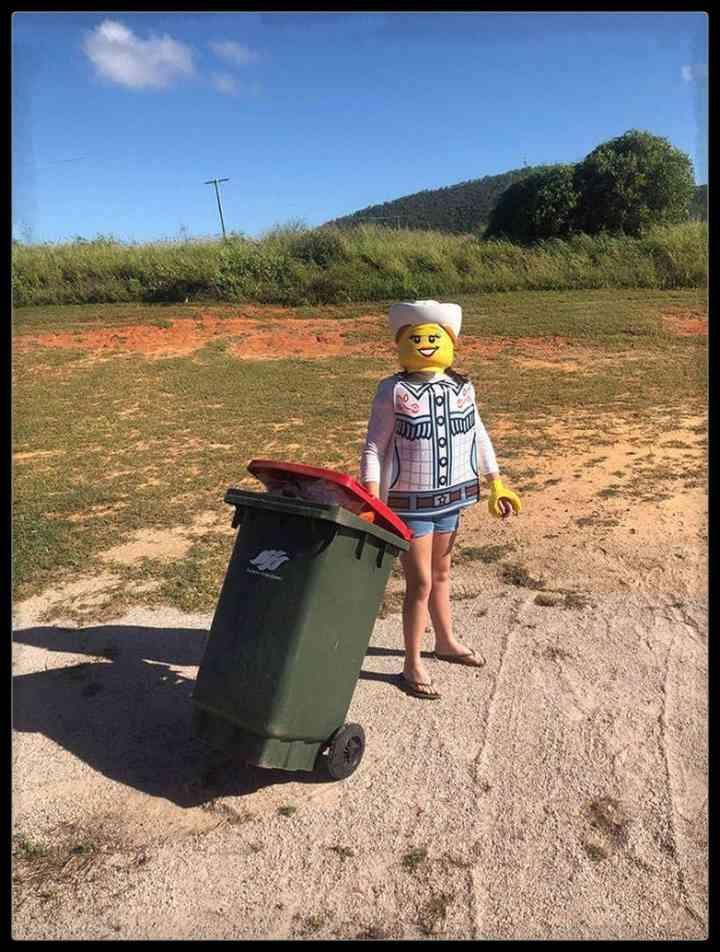 21 Personas que se disfrazan cada día para sacar la basura 16