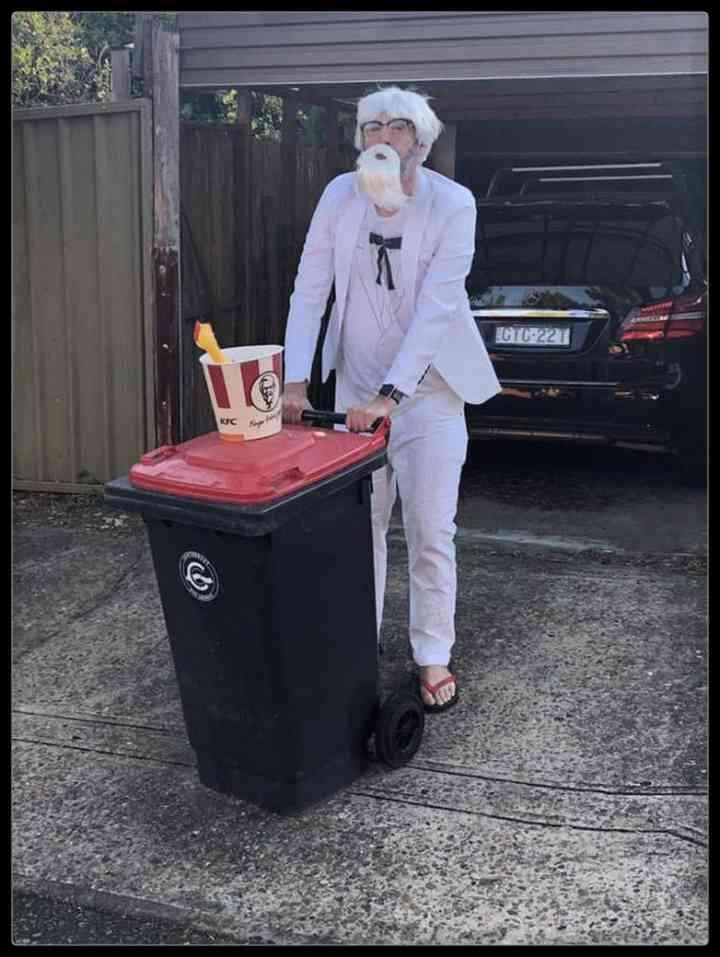 21 Personas que se disfrazan cada día para sacar la basura 17