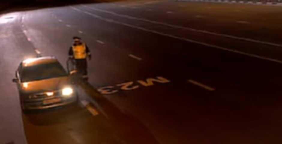 Descubre que le ocurre a este policía para que se tenga que refugiar en un coche 2