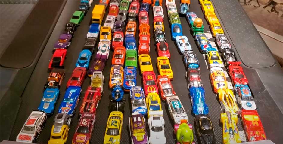 Derby de demolición de 100 coches en una cinta para correr 3