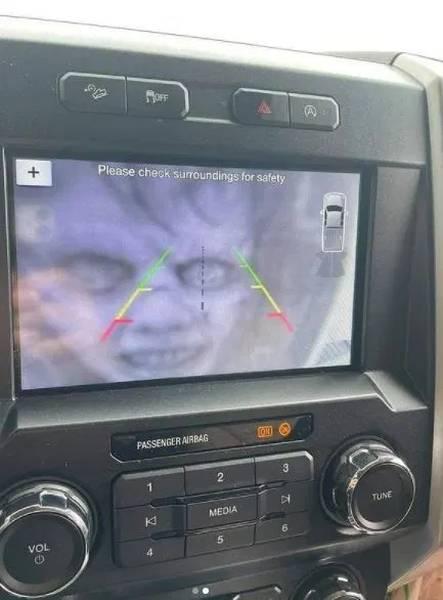 Troleando a los coches que tienen cámara para aparcar... 2