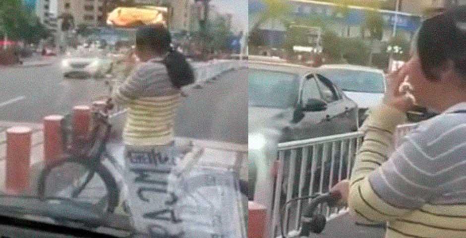 Mujer corta la carretera mientras se mete el dedo en la nariz 1