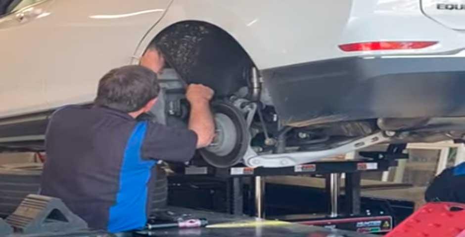 Mecánico encuentra algo increíble al reparar un coche 2