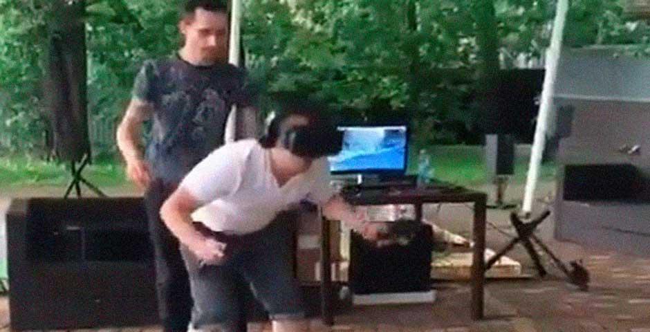 No te pierdas lo que le ocurre a este hombre jugando con la realidad virtual 1