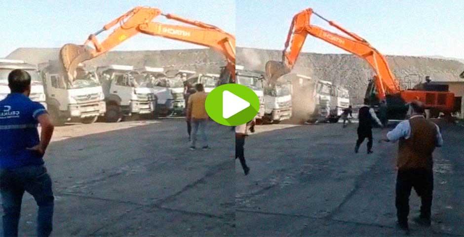 Un empleado enfadado, destroza varios camiones usando una excavadora 7